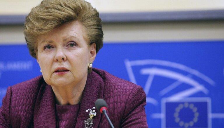Prezidenta atrašanās ārvalstīs nevar ietekmēt viņa tiesības attiecībā uz likumu izsludināšanu, uzsver Vīķe-Freiberga