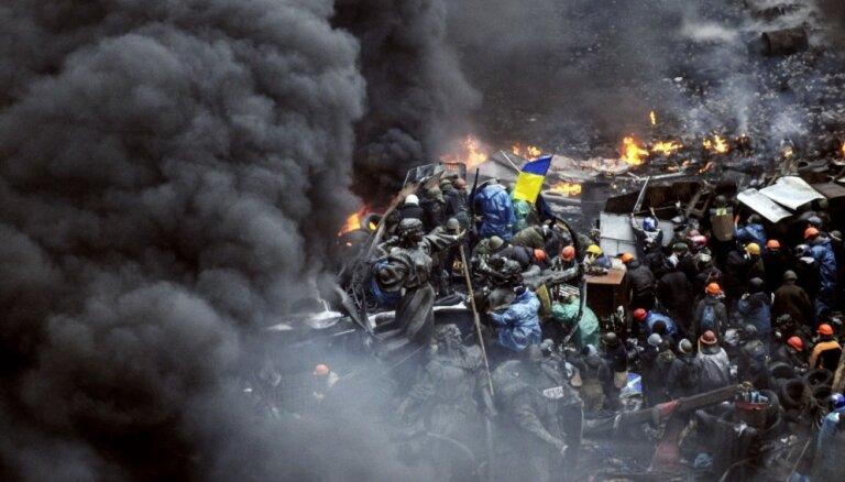 Porošenko Maidanā bojāgājušajiem piešķir Ukrainas varoņa titulu