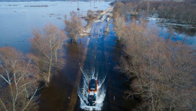 Iespaidīgi kadri: Pie Kuršu jomas Nemuna izgājusi no krastiem; mašīnas pa ielu brauc kā kuģi