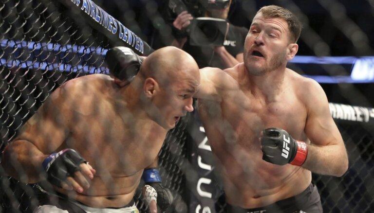 ВИДЕО: Чемпион UFC в тяжелом весе защитил пояс нокаутом