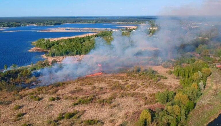 Drona kadri: Pie Ķīšezera plosās kūlas ugunsgrēks