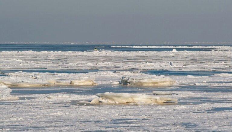 Gandrīz pilnībā aizsalis Rīgas jūras līcis