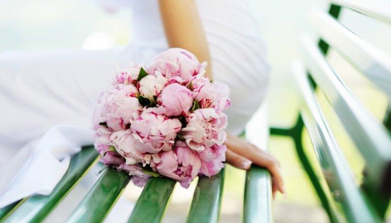 Pāri, kuri vēlas neparastas kāzas, aicināti pieteikties laulībām gaisa balonā