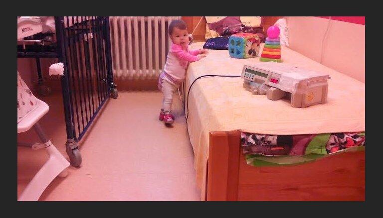 Smagi slimā Monika pošas uz Izraēlu; veselības ministrs pieprasa Bērnu slimnīcai informāciju