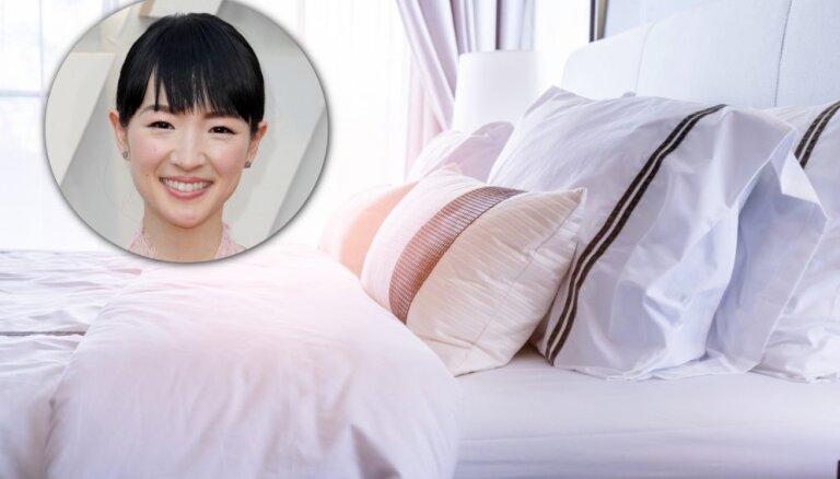 Kārtošanas superzvaigznes Marijas Kondo pamācība, kā veikli salocīt gultasveļu