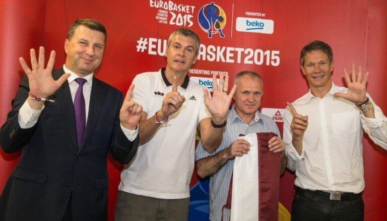 Valsts prezidents dāvā karogu Latvijas basketbola valstsvienībai