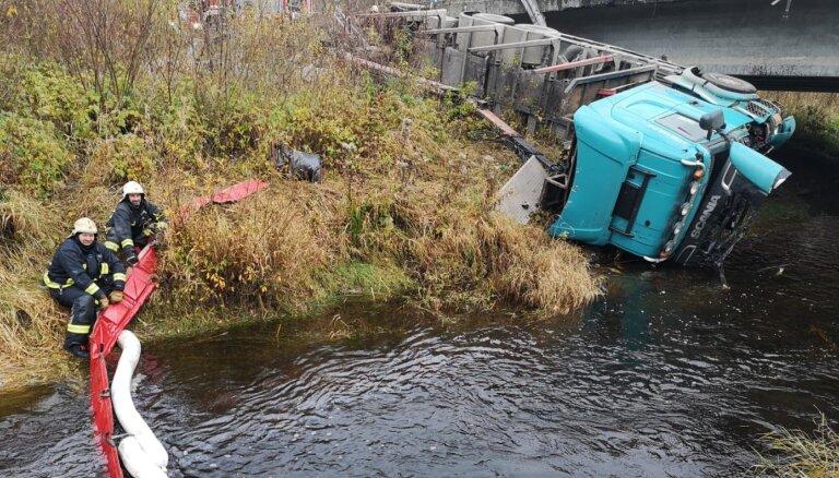 Traģiskā avārijā uz Bauskas šosejas kravas auto daļēji iegāzies Misas upē
