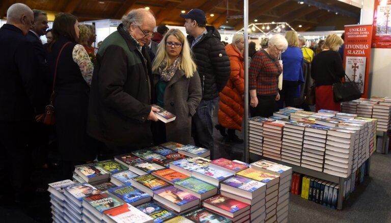 Foto: Svētki lasītājiem – Ķīpsalā sākusies ikgadējā Latvijas grāmatu izstāde