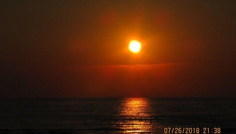 Foto: Aculiecinieki iemūžina romantisku saulrietu Latvijā