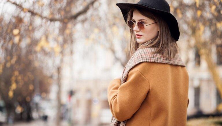 Klasisks tvīds vai sarkanas zvērādas: kā stilīgi valkāt rudens mēteli