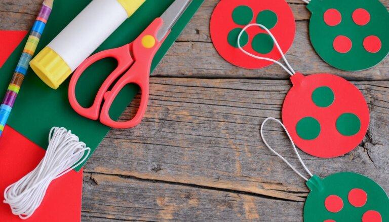 Rokdarbi kopā ar bērnu: krāsainas papīra bumbas kāršanai Ziemassvētku eglītē