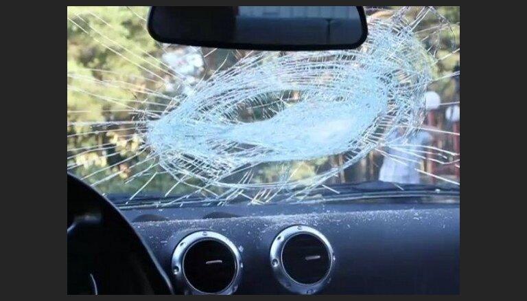 Iereibis BMW vadītājs izraisa avāriju ar diviem cietušajiem