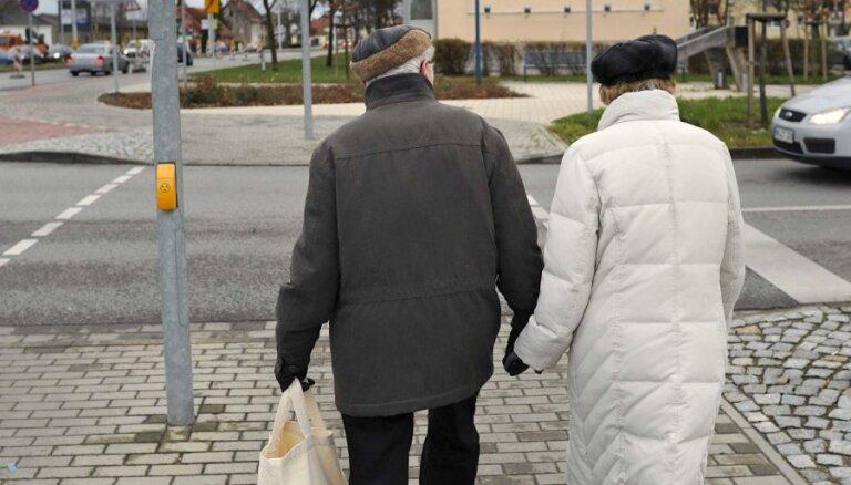 Rosina paplašināt pensionāru loku, kam paredzētas piemaksas par stāžu līdz 1995. gada beigām