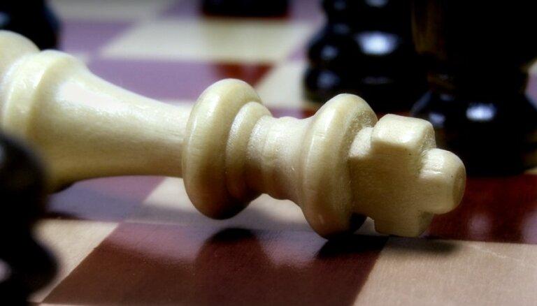 В туалет — с телефоном. Латвийского гроссмейстера уличили в нечестной игре