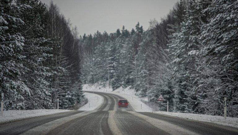 Brīdina par sasalstošu lietu – apledos autoceļi