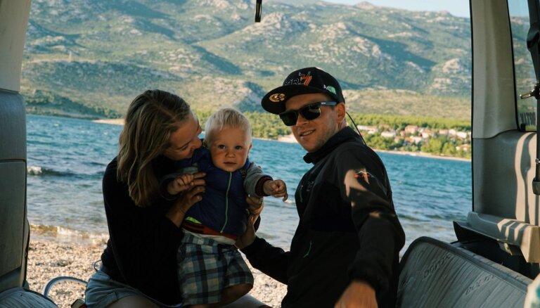 Ceļot busiņā ar mazu bērnu: moderno latviešu hipiju stāsts