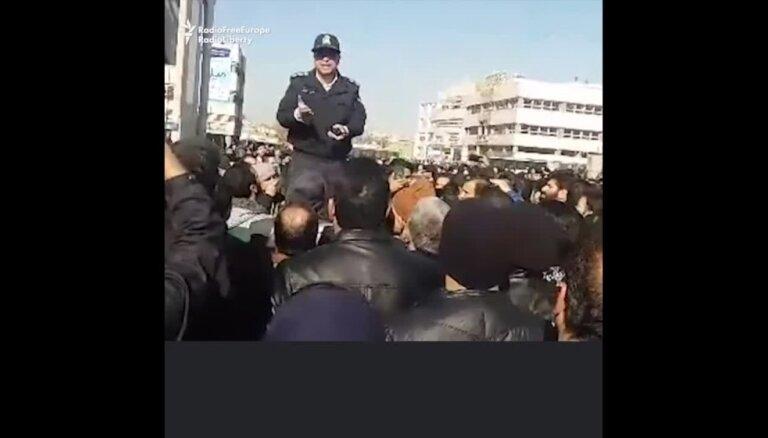 Protesti Irānā turpinās; pagājušajā naktī vēl 9 bojāgājušie
