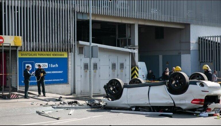 Foto: Lietuvā no lielveikala daudzstāvu stāvvietas nokrīt BMW