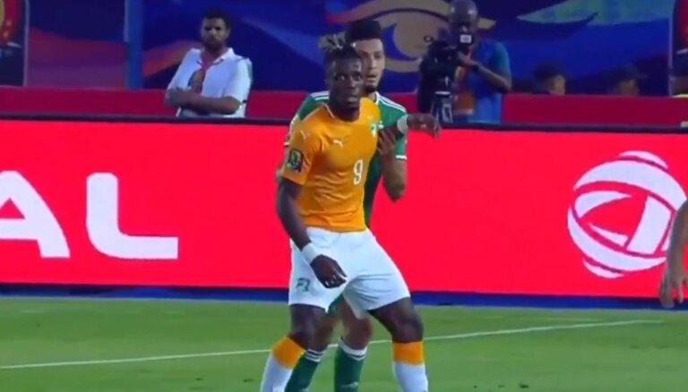 Video: Neredzēta provokācija - futbolists ar pretinieka roku iesit sev pa seju