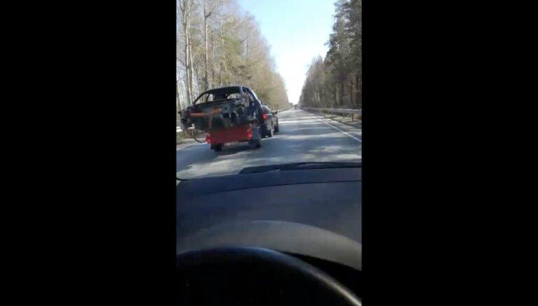 Video: 'Tas ir iespējams tikai Latvijā' – trakulis apdzen ar bīstamu kravu