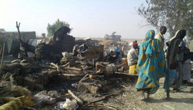 Nigērijā pārpratuma dēļ uzlidojumā bēgļu nometnei nogalināti vismaz 100 cilvēki