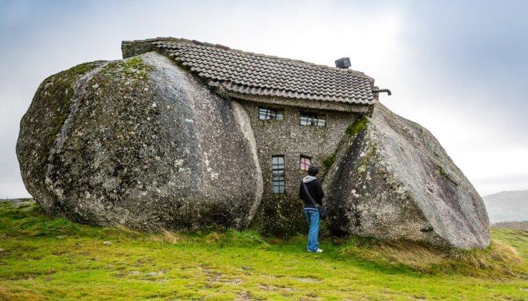 Iespiedusies starp milzu akmeņiem: neparastā mājiņa Portugālē