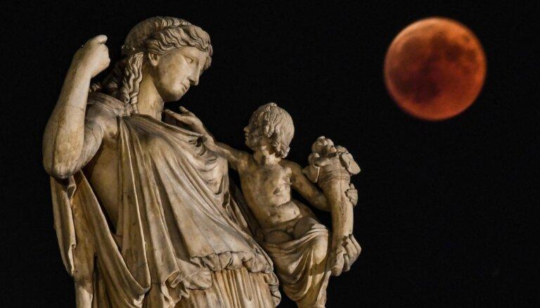 Tuvojas 'asins Mēness' aptumsums. Kāpēc Zemes pavadonis iekrāsojas sārts?