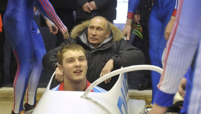 Путин со второй попытки покорил бобслейную трассу