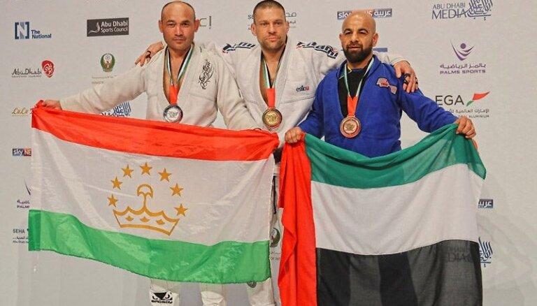 Foto: Latvietis uzvar džiudžitsu pasaules čempionātā Abu Dabi