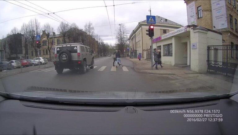 'Hummer' nekaunīgi aizbrauc pie sarkanās gaismas