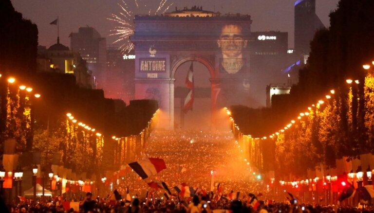 ФОТО. В Париже сотни тысяч человек отметили победу Франции на ЧМ: возникли беспорядки