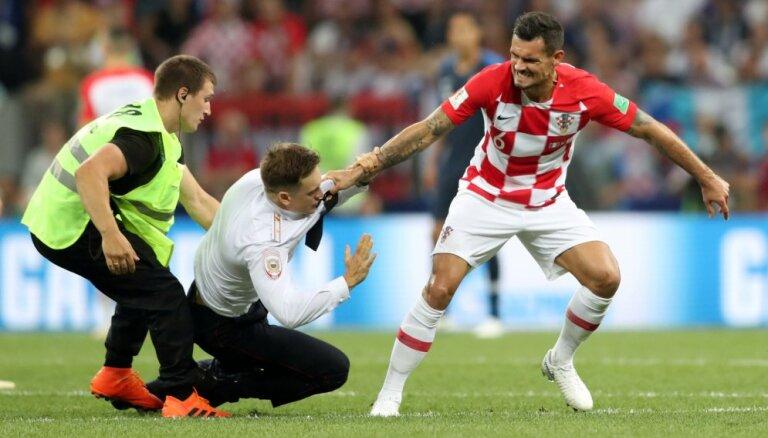ФОТО: Финал чемпионата мира прервался из-за выбежавших на поле Pussy Riot