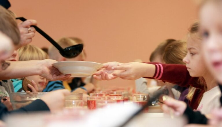 На бесплатные обеды школьникам 1-4-х классов в бюджете Даугавпилса не хватает 450 000 евро
