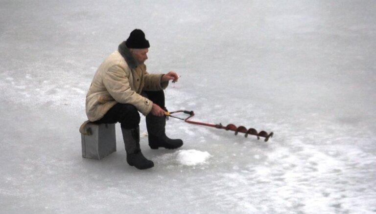 Читатель: Любители подледного лова в Елгаве забыли о безопасности