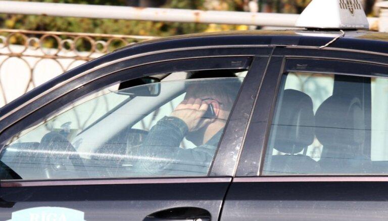 Полиция наказала 100 водителей за разговоры по мобильному телефону