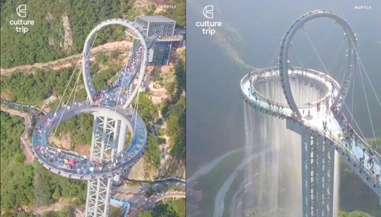 Varena skatu platforma Ķīnā, kuru papildina mākslīgi veidots ūdenskritums