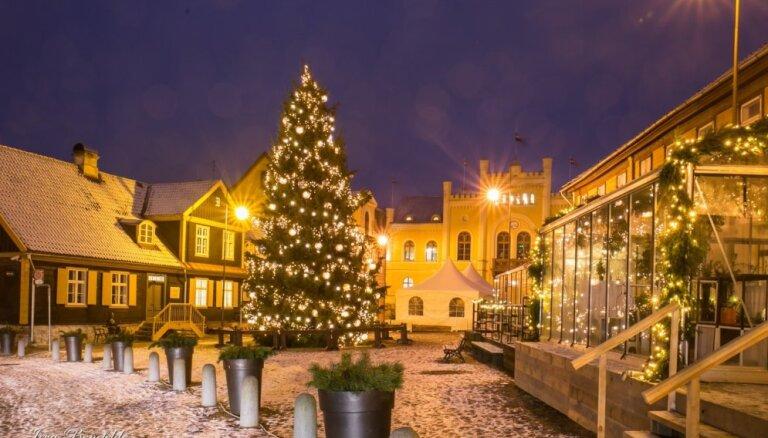 Foto: Kuldīga Ziemassvētku rotā kļuvusi par rūķu pasaku zemi