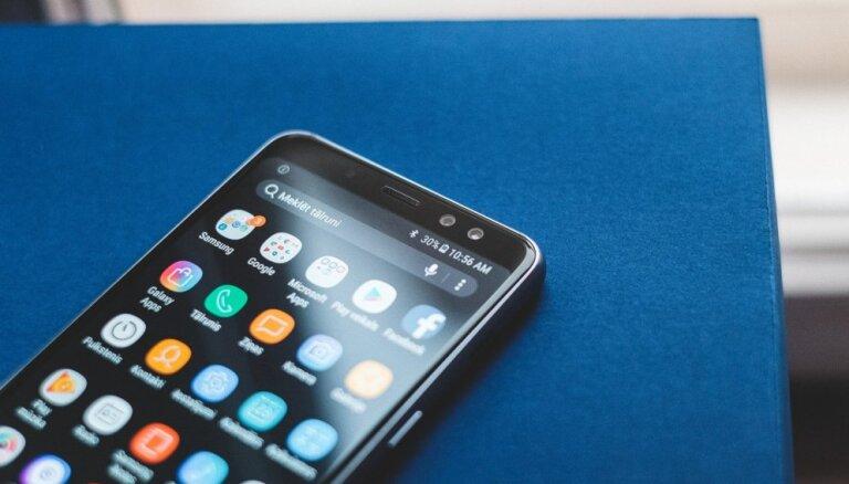 Foto: 'Samsung' Rīgā izrāda jauno 'Galaxy A8' viedtālruni