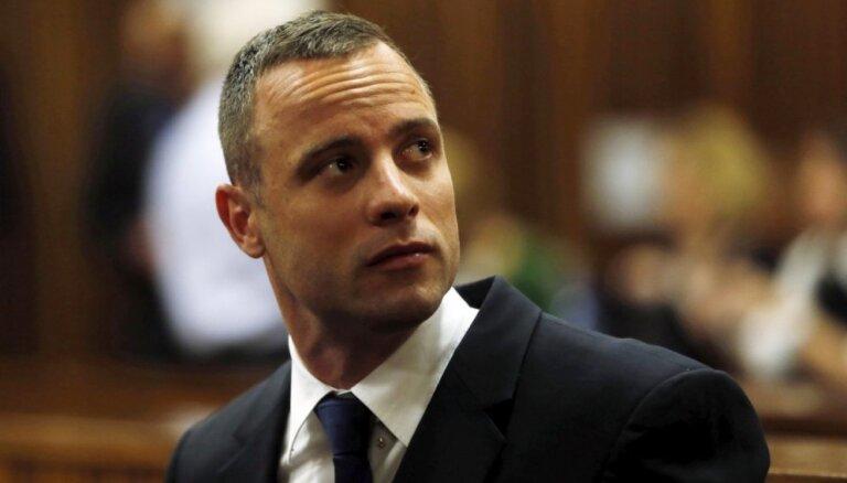 Tiesa atzīst Pistoriusu par vainīgu slepkavībā; sportistam jāatgriežas ieslodzījumā
