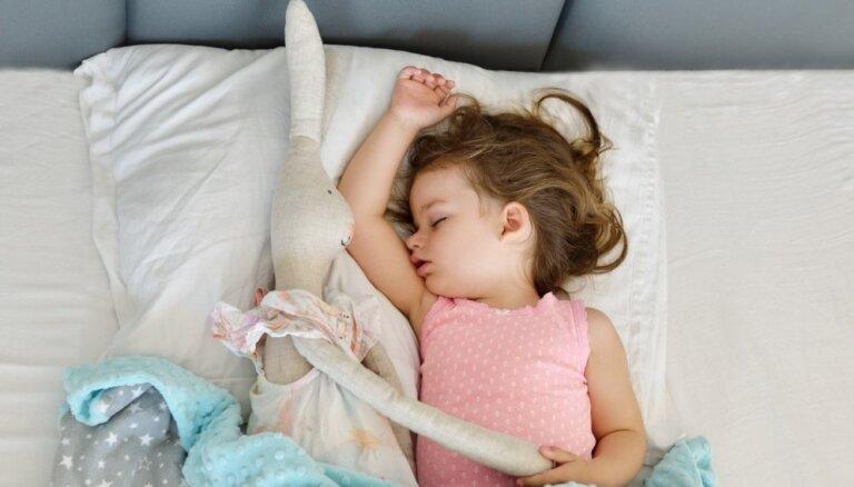 Divas biežāk pieļautās vecāku kļūdas, liekot mazuli gulēt