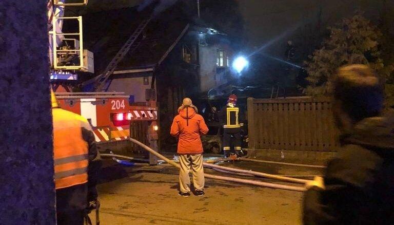 Ночью в Пардаугаве горел дом и автомобиль