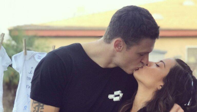 Privāti kadri: Štromberga un viņa sievas pirmdzimtā gaidīšanas svētki