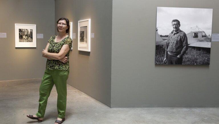 Notiks ekskursija ar fotogrāfi Intu Ruku izstādē 'Zem tām pašām debesīm'