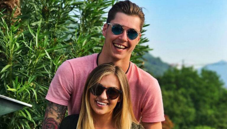 Хоккеист Элвис Мерзликин позирует вместе с возлюбленной