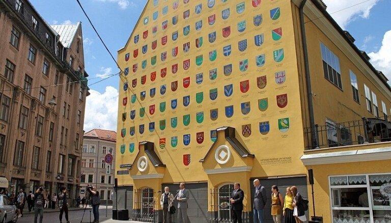 Atklāta atjaunotā ģerboņu siena par godu Latvijas simtgadei