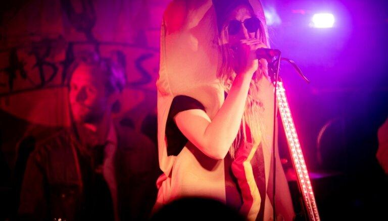 Foto: Humors un pašironija – cēsinieki un draugi ballējas 'Nekvalitatīvās mūzikas naktī'