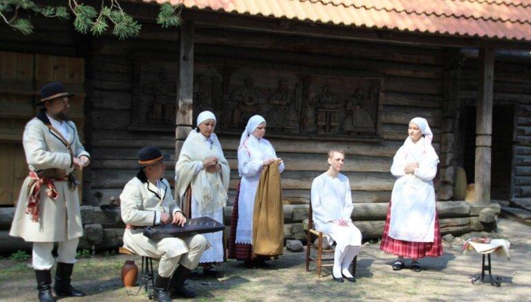 Koncertuzvedumā 'Kāzu godi' varēs iepazīt latviešu kāzu tradīcijas. Tiešraide beigusies