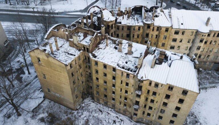 """Сгоревший дом на ул. Калнциема решено демонтировать """"до безопасного уровня"""""""