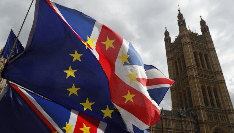 Britu parlaments trešoreiz noraida 'Brexit' vienošanos