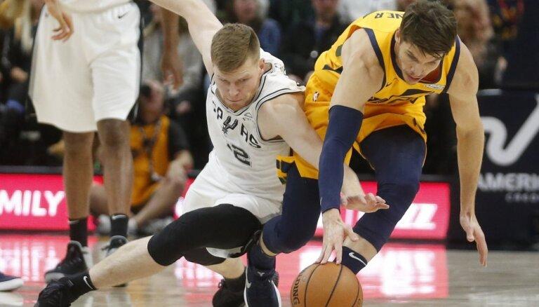 """Bertānam astoņi punkti 'Spurs' zaudējumā """"Jazz"""" komandai"""